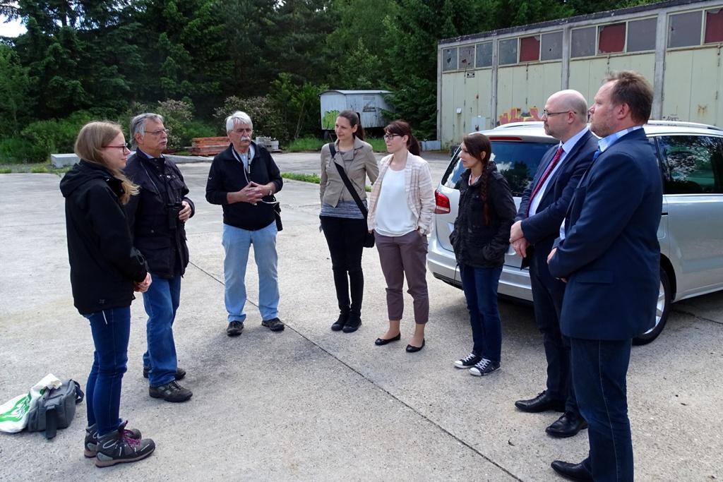 Foto: Treffen am SOLARPARK zur Scheckübergabe an den NABU-Waldsolms sowie zum Interview / Filmaufnahmen mit den Mitarbeiterinnen vom DG VERLAG aus Wiesbaden. (Foto: Claus Wolfram / NABU)