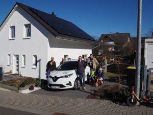 Das Team der Niederlassung Bürger Energie Hohenstein mit ihrem Nachbarschaftsauto
